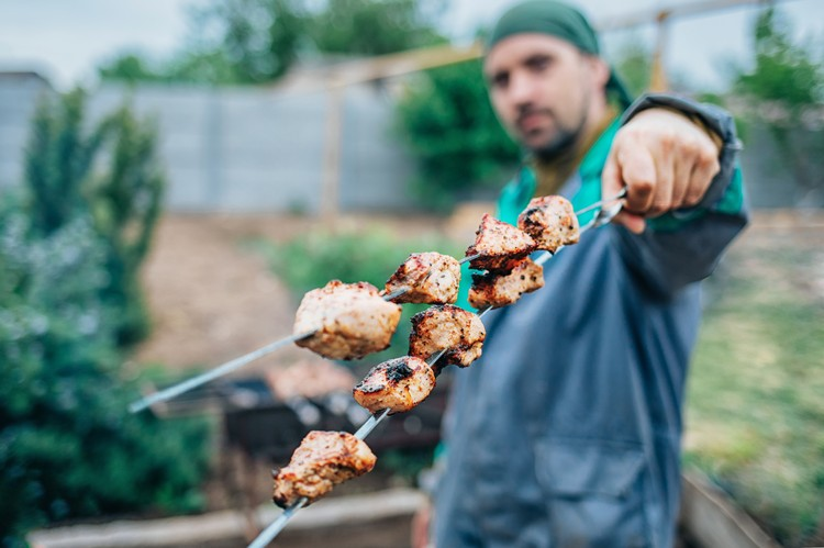 Жирное мясо и наваристый жирный бульон прекрасно помогут согреться зимой, но летом такой эффект явно ни к чему.
