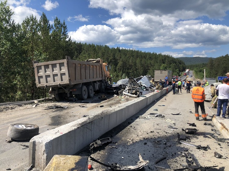 В аварии погибли двое, шестеро получили травмы.