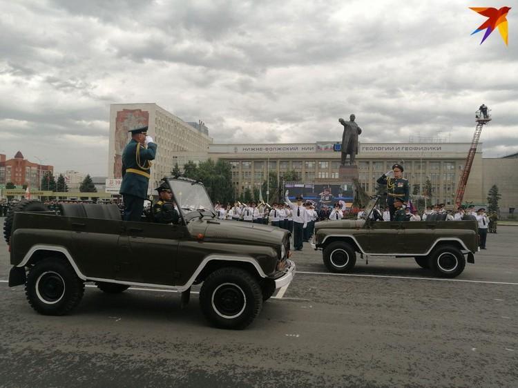 Торжественное шествие состоялось, несмотря на ненастную погоду