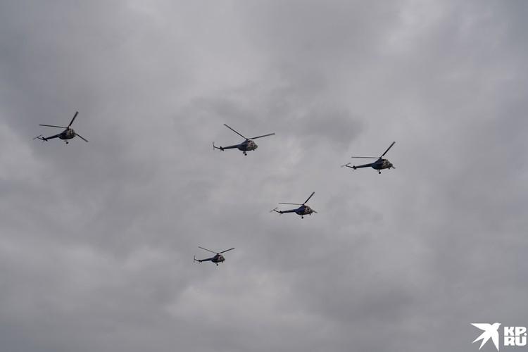 Вертолеты Ми-2 сбиваются в клин
