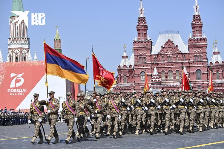Военнослужащие из Армении вышагивают маршем по брусчатке Красной площади.