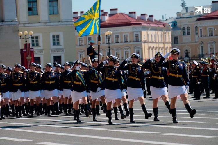 Восхитительная колонна женщин-военнослужащих.
