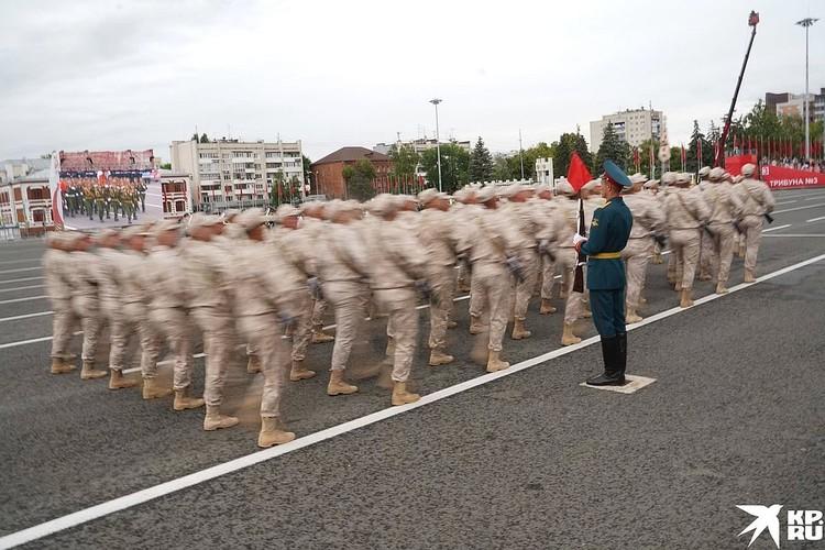 По главной площади города прошагали 23 парадных расчета.