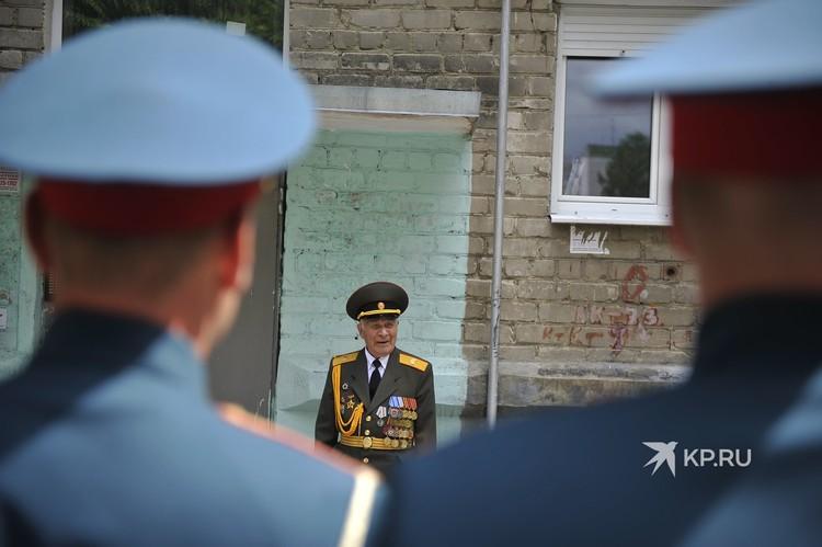 Николай Власов пообщался с военнослужащими у своего дома