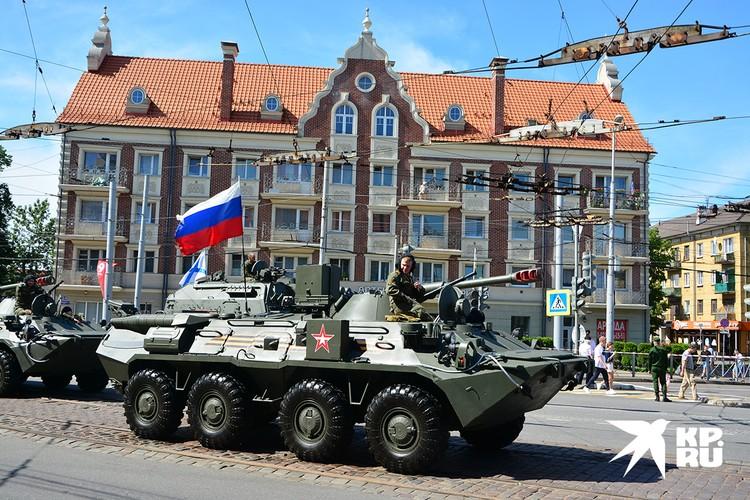 В Калининграде в военном параде приняли участие 75 единиц техники.