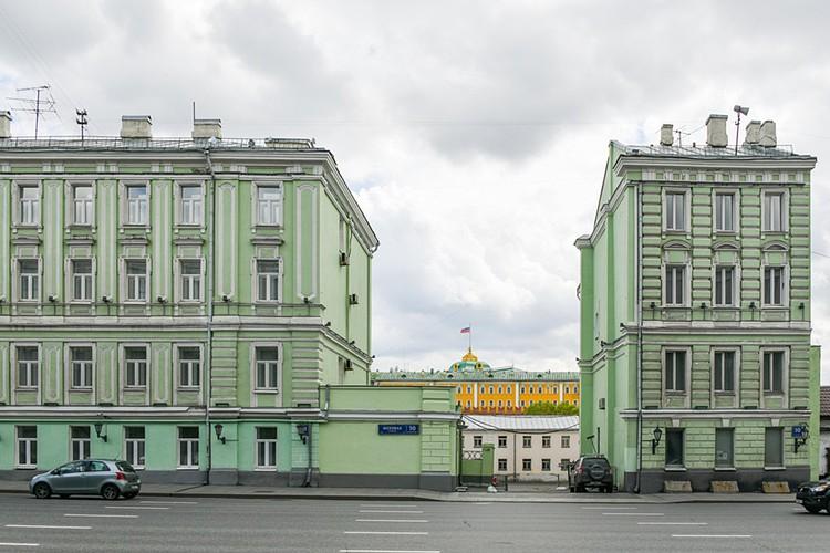 """По одному и тому же адресу """"Моховая, 10"""" в Москве расположено целых два здания, которые коренные москвичи называют """"разорванным домом"""""""