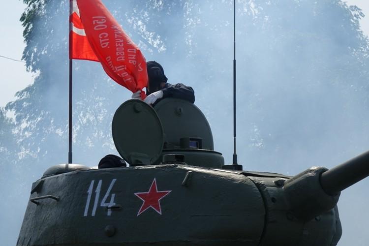 Танк во время торжественного шествия