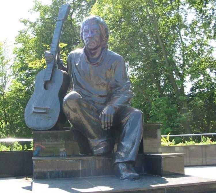 Памятник кумиру в Центральном парке Калининграда.