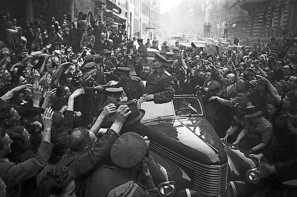 Маршала Конева встречают в освобожденной Праге, 7 мая 1945 года.Фото: ТАСС