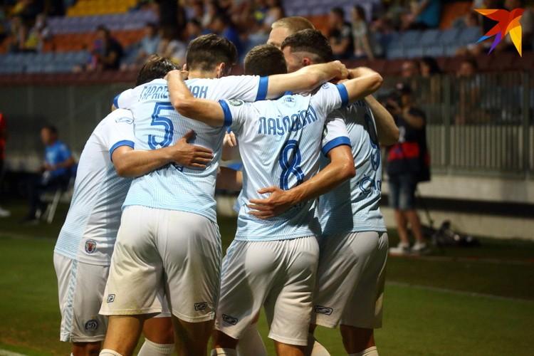 Минчане празднуют первый гол в ворота борисовчан, авторства Евгения Шикавки.
