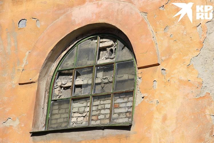А кто-то решил заставить окно кирпичами.