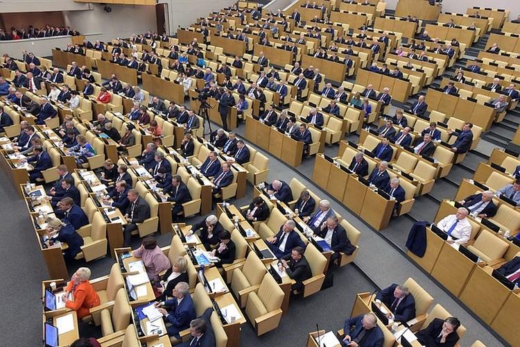 Депутаты хоть и зарабатывают по 400 тысяч рублей в месяц, но пенсия у них рассчитывается от денежного вознаграждения