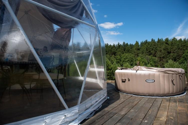 Купаться можно в живописном озере в ста метрах от домов, или в таких вот джакузи с подогревом воды.