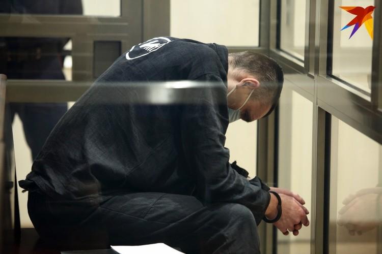 Обвиняемого Виктора Скрундика доставили в суд в спецодежде для смертников. На спине крупная надпись - ИМН (исключительная мера наказания).