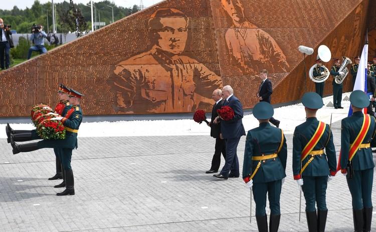 Владимир Путин и Александр Лукашенко возлагают цветы к Монументу советского солдата во Ржеве. Фото: пресс-служба Кремля.