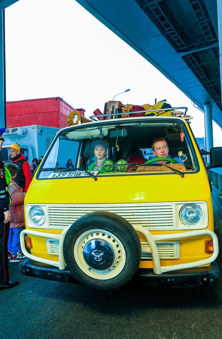 Вот на таком желтом микроавтобусе герои сериала покатят по российским и белорусским дорогам. Фото: СТС
