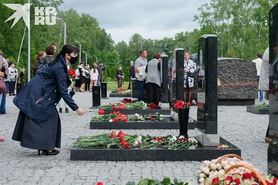 Попрощаться с погибшими пришли сотни людей Фото: Артем КИЛЬКИН