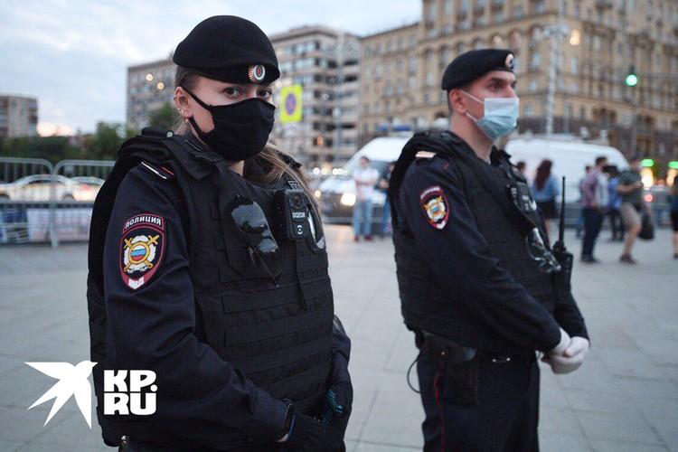 """""""Комсомолка"""" нашла девушку-сержанта, которая смогла обезоружить участников пикета своей добротой"""