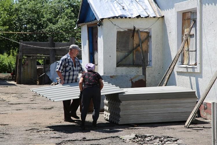Жители восстанавливают дома