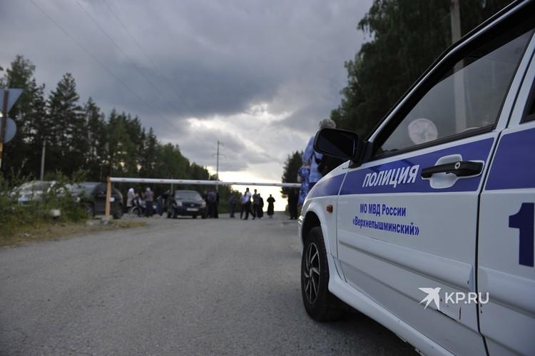 Сегодня въезд в монастырь перегородили автобусом. Его убрали лишь после вмешательства полиции