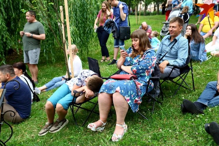 Некоторые минчане пришли со своими стульями.