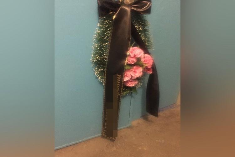 Помимо сообщений с угрозами, сибирячка отправляет похоронные венки. Фото: Елена Скрыпник