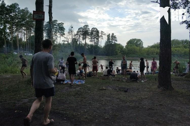 Официально пляжи в Новосибирске закрыты, но люди все равно купаются. Это фото сделано возле озера в Сосновом бору.
