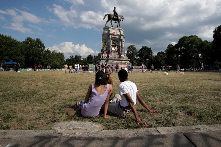 Оскверненный памятник Роберту Ли