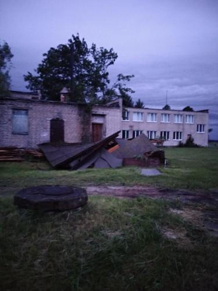 Сорванная крыша хозпостройки в деревне Медно под Брестом. Фото: Viber-чат Город Брест