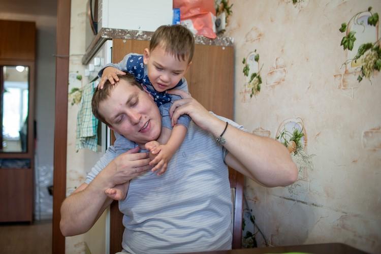 Марина отмечает, что сын больше любит папу. Даже первое слово у него было Артем.