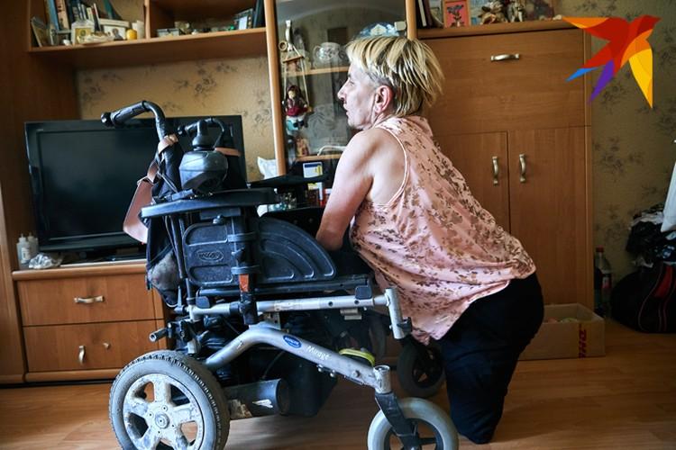 И хозяйка ей не отказывает. Елена Константиновна быстро слазит с коляски, дает Кнопе любимую игрушку и снова садится в кресло без посторонней помощи.