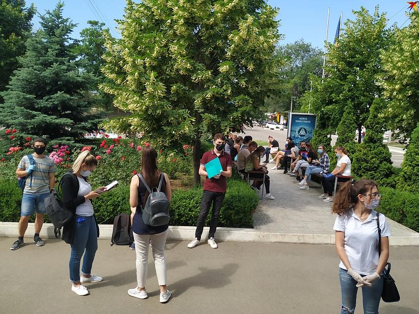 Большинство приходит на экзамен часа за два до назначенного времени Фото: Наталья СИНЯВСКАЯ