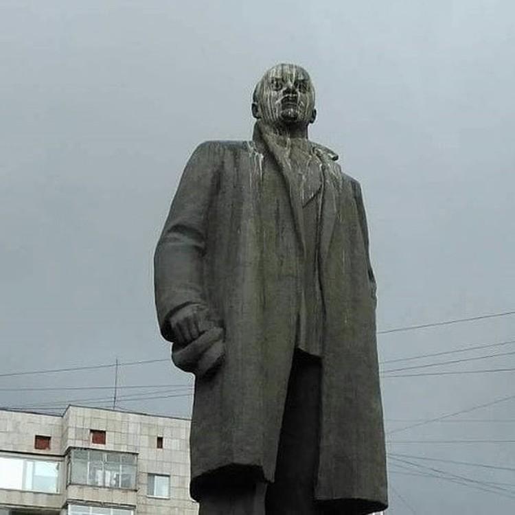 Так выглядит революционер после нападок птиц. Фото: kiruxa_nsk