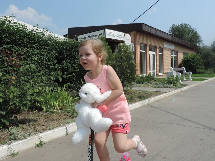 Малышка уже стала замечать, что отличается от других детей. Фото героев публикации.