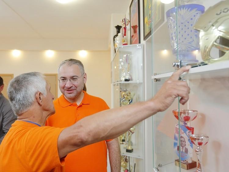 Глава «Полиметалла» Виталий Несис (на фото в центре) уже десять лет активно поддерживает клуб «Спутник». Фото из архива клуба