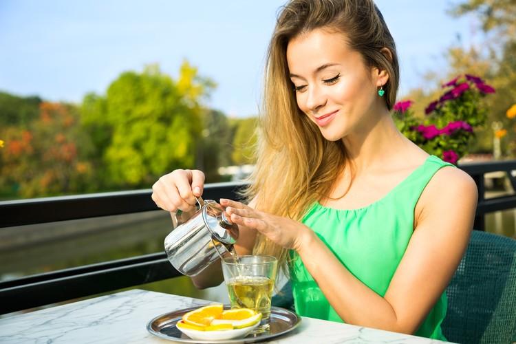 В чае много антиоксидантов, которые защищают нейроны головного мозга от окислительных процессов, которые их разрушают.