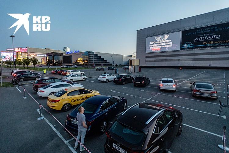 Все автокинотеатры под открытом небом. Чтобы увидеть экран, на улице должно быть темно. Летом в Москве самые ранние сеансы с 22.00