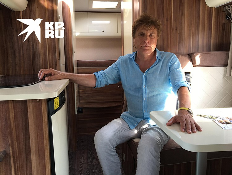 Юрий Елашкин в шестиместном автодоме. Два спальных места - в задней части фургона, два - в алькове, еще в одну двуспальную кровать трансформируются сидения при складывании столика