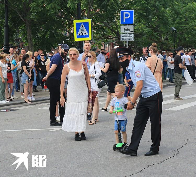 Некоторые протестующие привели с собой детей
