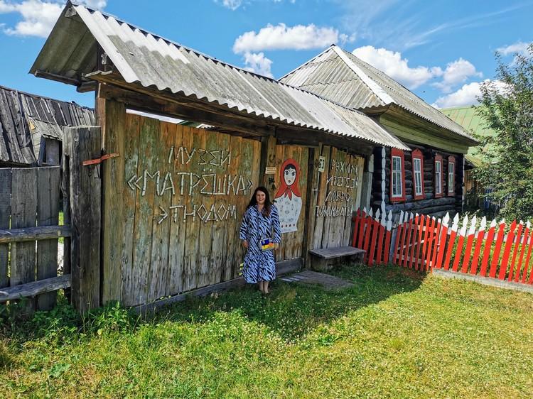 Елена Гузова возле своего музея «Матрешка». Фото: УФПС Челябинской области