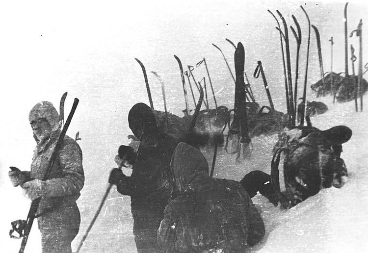 Версия гибели туристов в горах Северного Урала подтверждается целым рядом экспертиз, но оставляет много вопросов