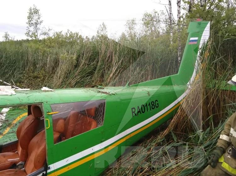 Сейчас на месте посадки работают спецслужбы. Фото: предоставлено очевидцами.