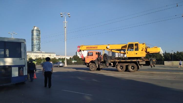 В 19:30 на место ДТП приехал автокран