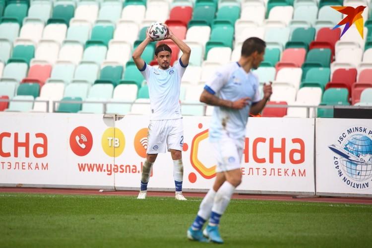 Артём Сухоцкий вводит в игру мяч с аута.