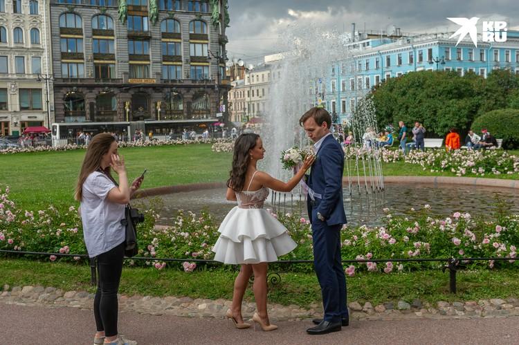 Теперь женихов и невест частенько можно увидеть на улицах города