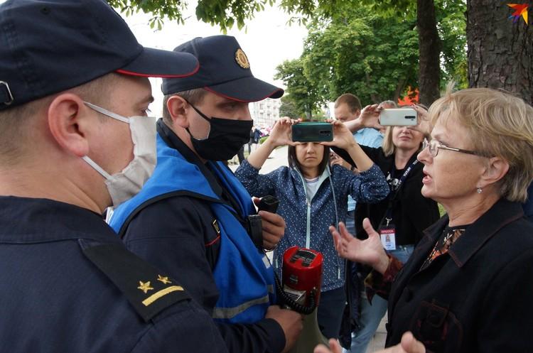 Люди спорили с милицией и доказывали, что имеют право гулять, где хотят