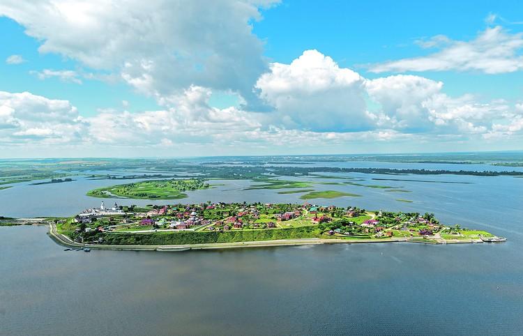 Волга - река в европейской части России. Одна из крупнейших рек на земле и самая большая по водности, площади бассейна и длине в Европе, а также крупнейшая в мире река, впадающая в бессточный (внутренний) водоем.