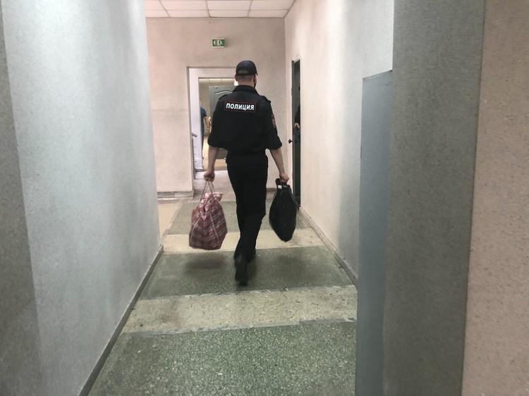 Осужденным занесли вещи в конвойное помещение