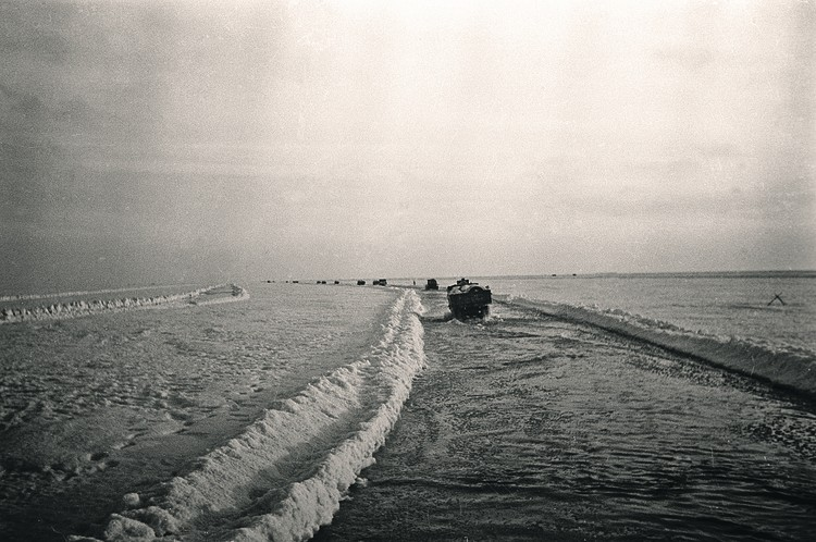 Первая автоколонна из 60 автомашин ГАЗ-АА с прицепленными санями прошла по льду Ладоги 22 ноября 1941 года. Фото: Александр БРОДСКИЙ/РИА Новости
