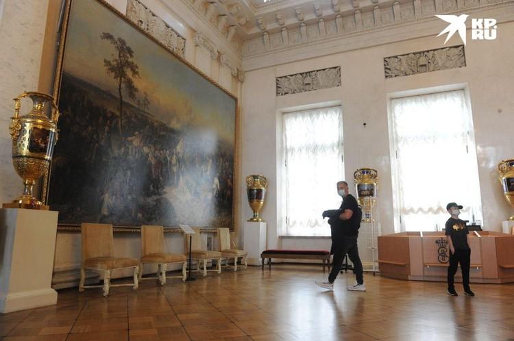 Чтобы погулять по роскошным залам Эрмитажа, люди едут со всей страны